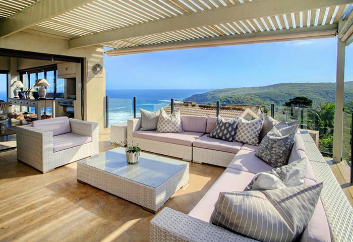 Moderne huis buitenkant geïsoleerd over witte d royalty vrije